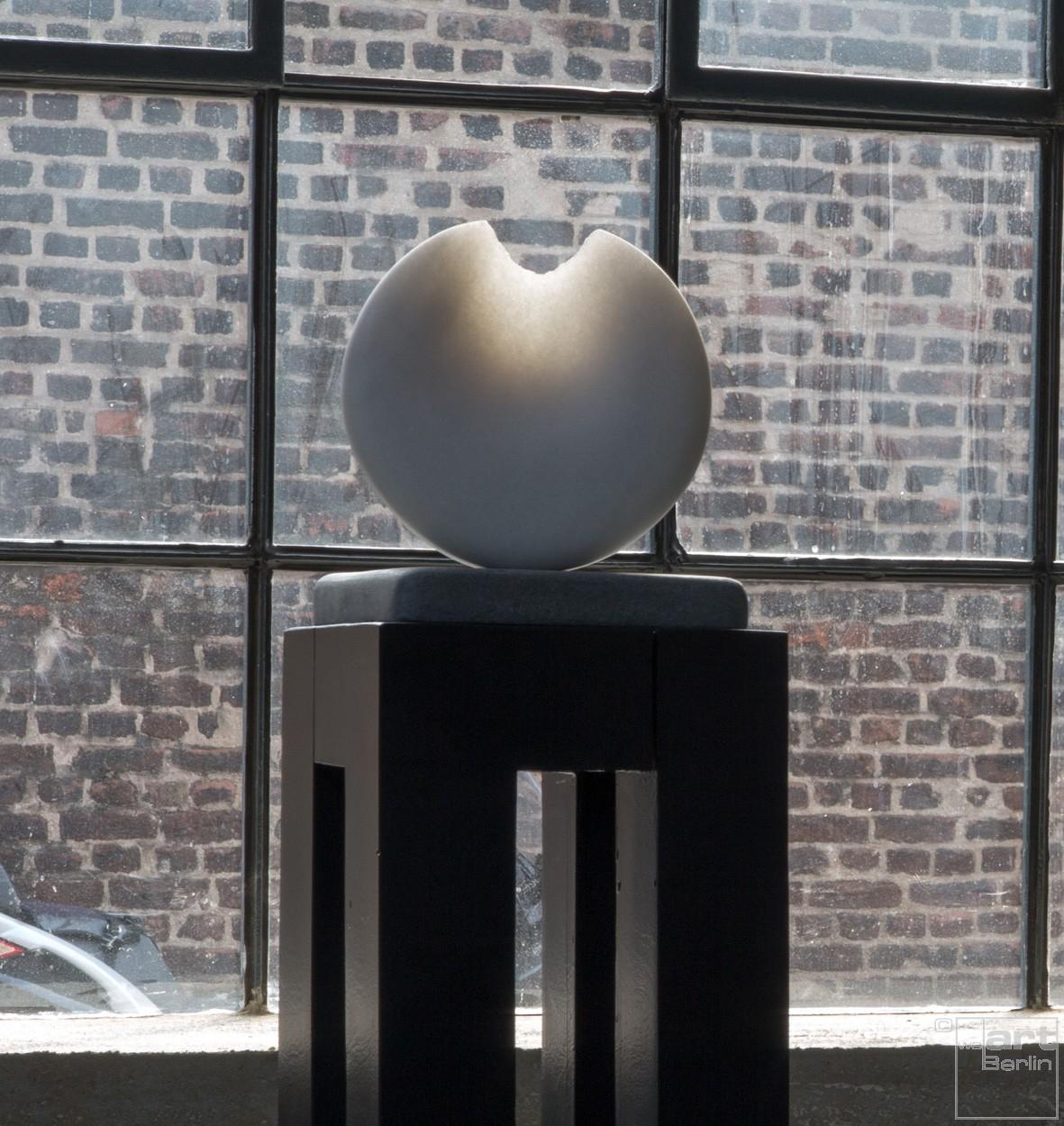 Sonnambula mit Sockel, Stein Skulptur aus Marmor von Bildhauer Klaus W. Rieck