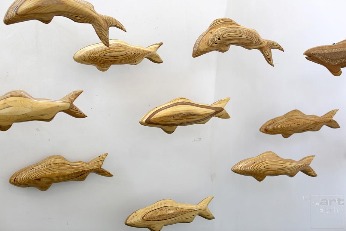 Forellenschwarm (aus 5)   Künstler Marek Schovanek   Fisch Plastiken aus Holz, Beispielansicht der Installation an der Wand