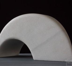 Sonnenbogen, aus Marmor, Stein Skulptur von Bildhauer Klaus W. Rieck