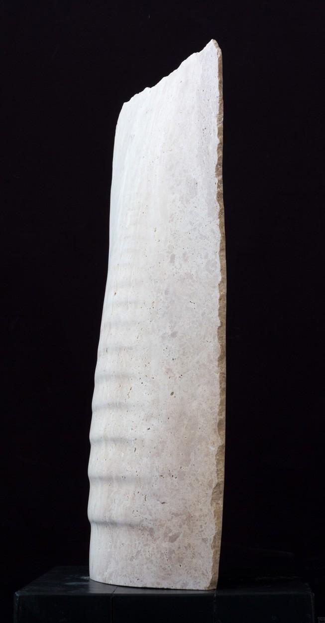 Tides, aus Travertin, seitlich, Stein Skulptur von Bildhauer Klaus W. Rieck