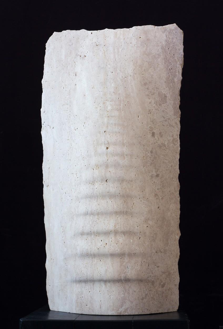 Tides, aus Travertin, frontal, Stein Skulptur von Bildhauer Klaus W. Rieck