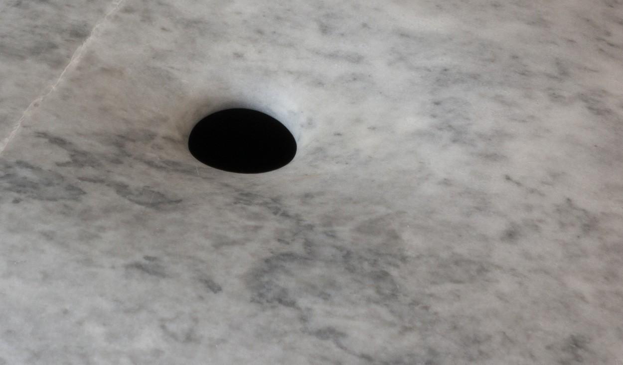 Schwarzes Loch, Detail, aus Marmor, Stein Skulptur von Bildhauer Klaus W. Rieck