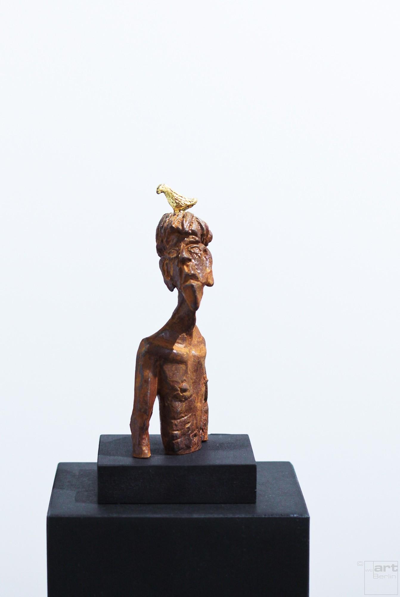 Nesthocker - Eisen Plastik mit Blattgold, Skulptur von Tim David Trillsam, Edition (1)