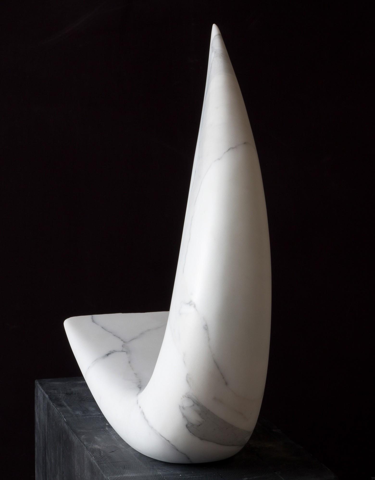 Glissando, Marmor, Stein Skulptur von Bildhauer Klaus W. Rieck, hinten