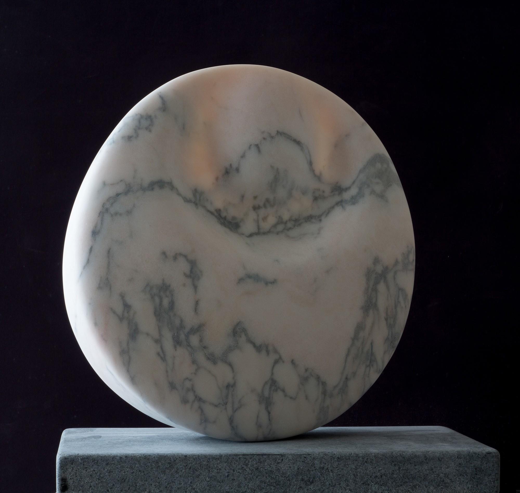 Mondstein, von rechts, Marmor, Stein Skulptur von Bildhauer Klaus W. Rieck