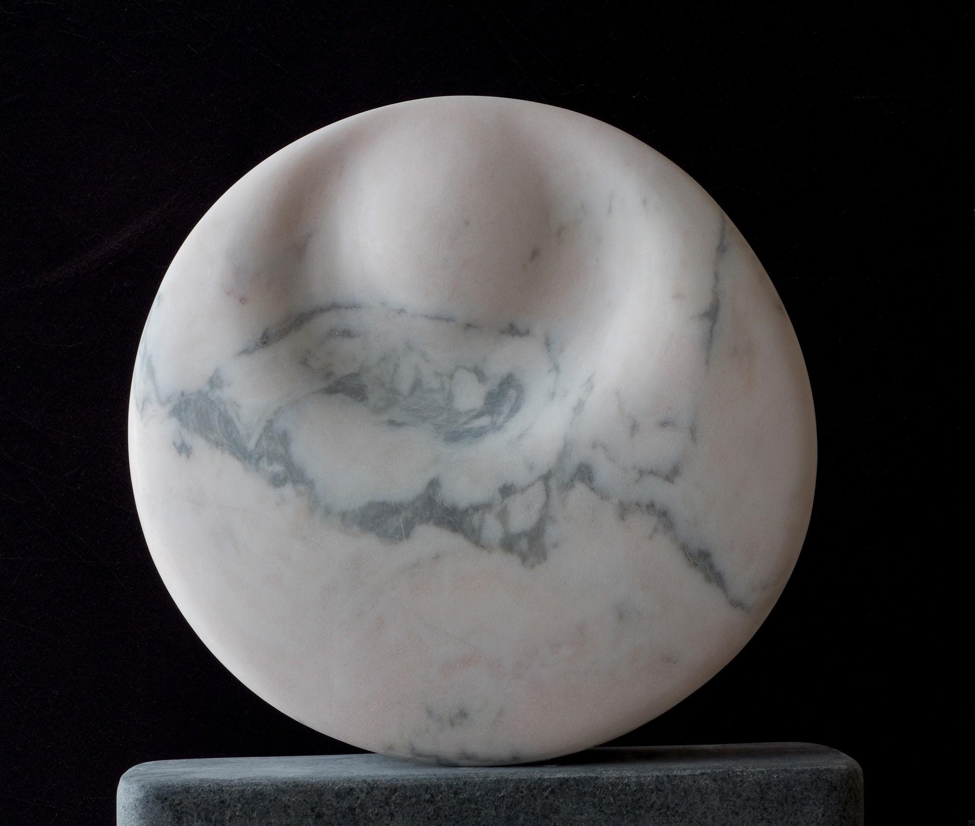 Mondstein, vorn, Marmor, Stein Skulptur von Bildhauer Klaus W. Rieck