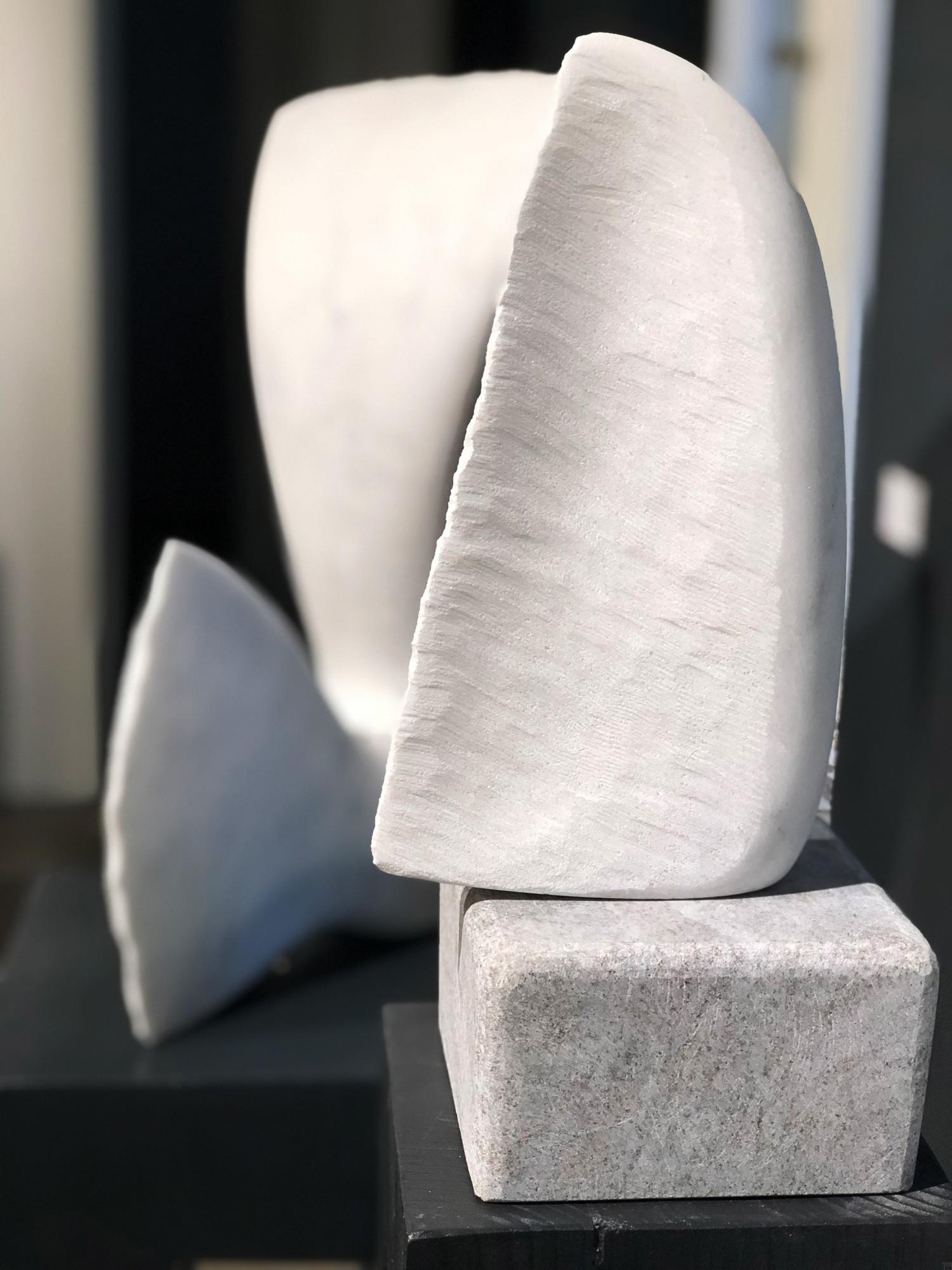 Kleiner Flügel, Stein Skulptur aus Marmor von Bildhauer Klaus W. Rieck