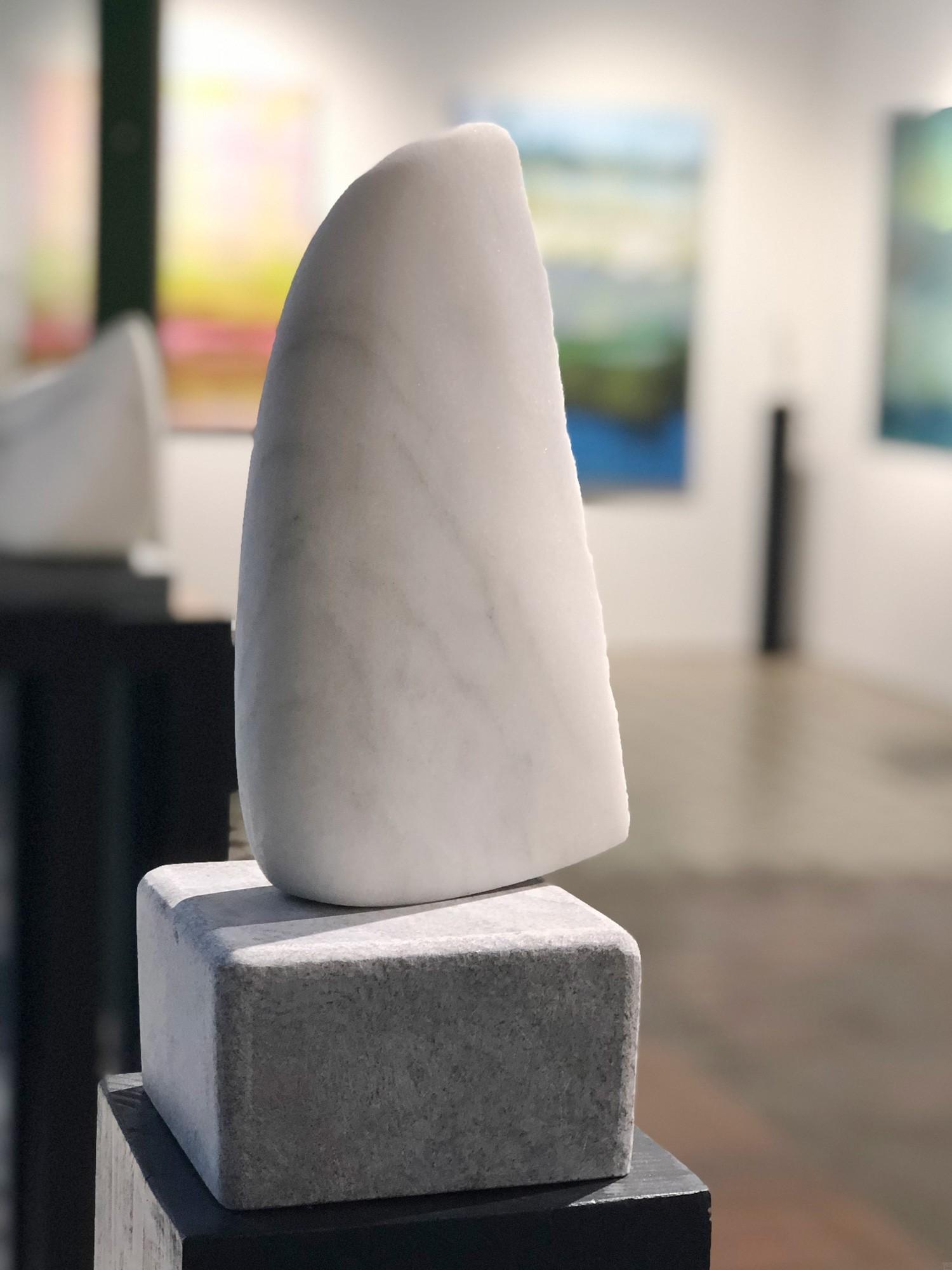 Kleiner Flügel, Stein Skulptur aus Marmor von Bildhauer Klaus W. Rieck (2)
