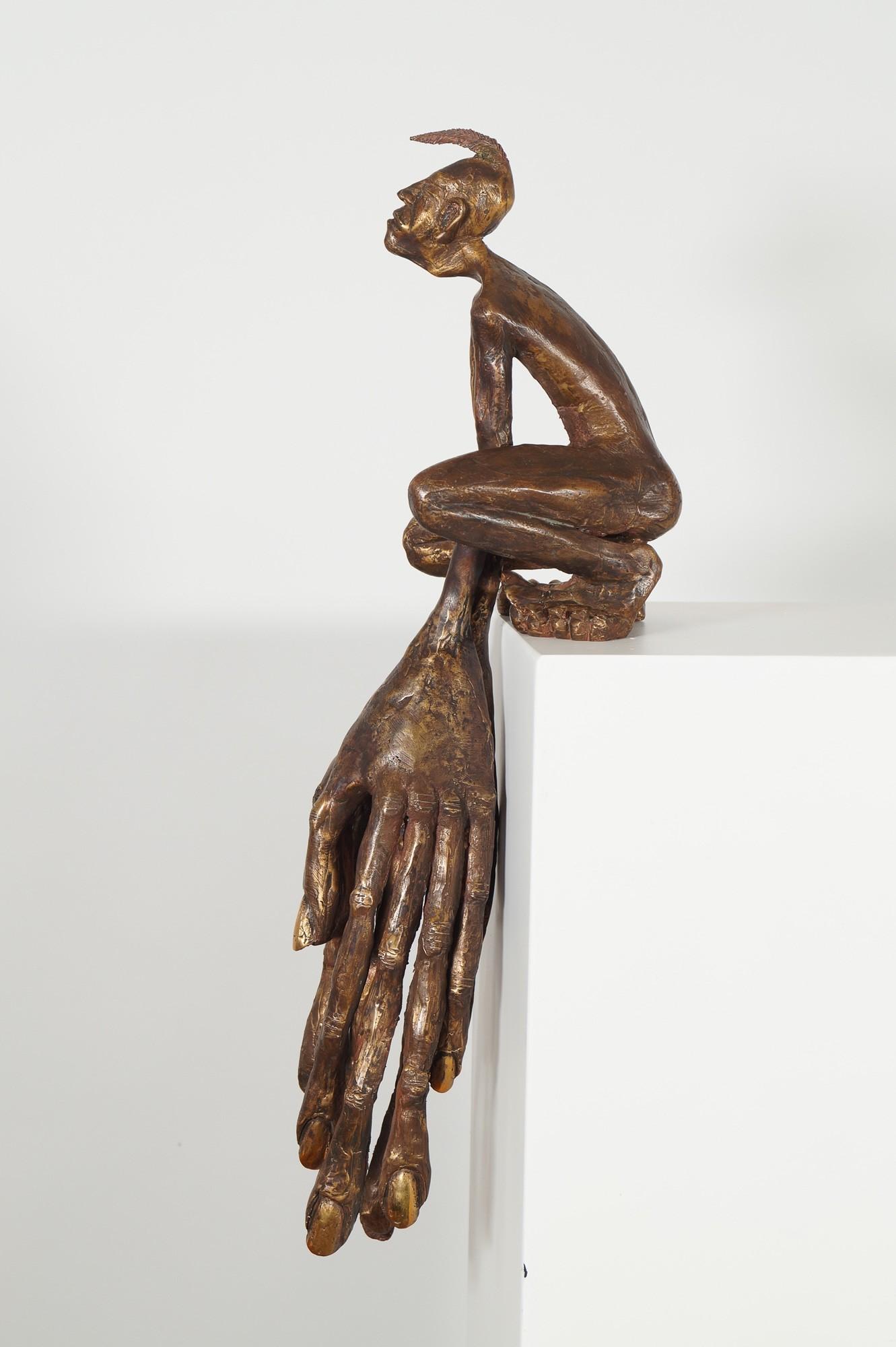 Der Kantenhocker - seitlich von links, Bronze Plastik, Skulptur von Tim David Trillsam, Edition