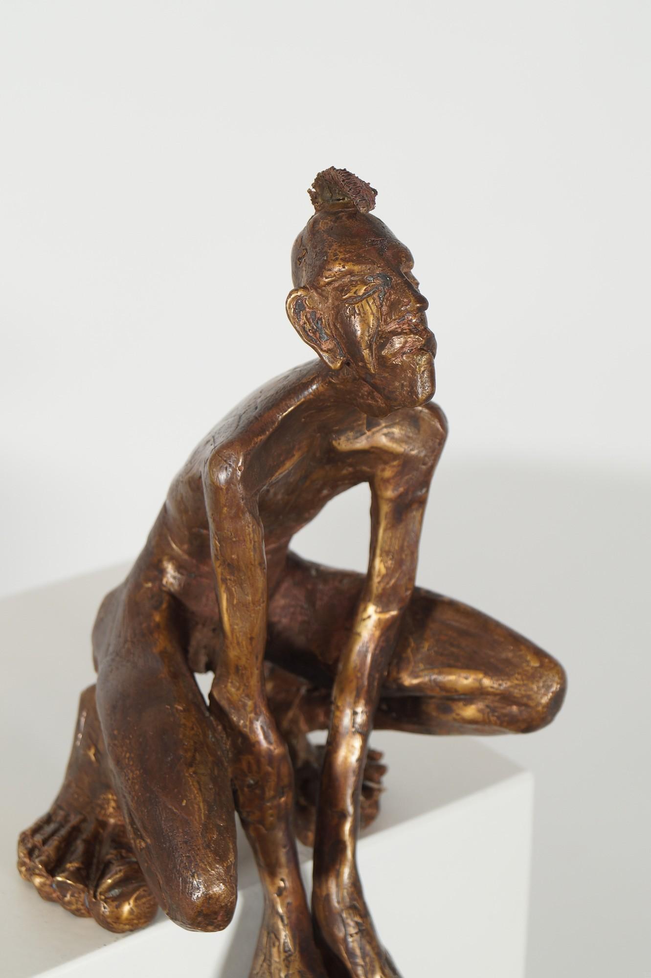 Der Kantenhocker - Detail von rechts, Bronze Plastik, Skulptur von Tim David Trillsam, Edition