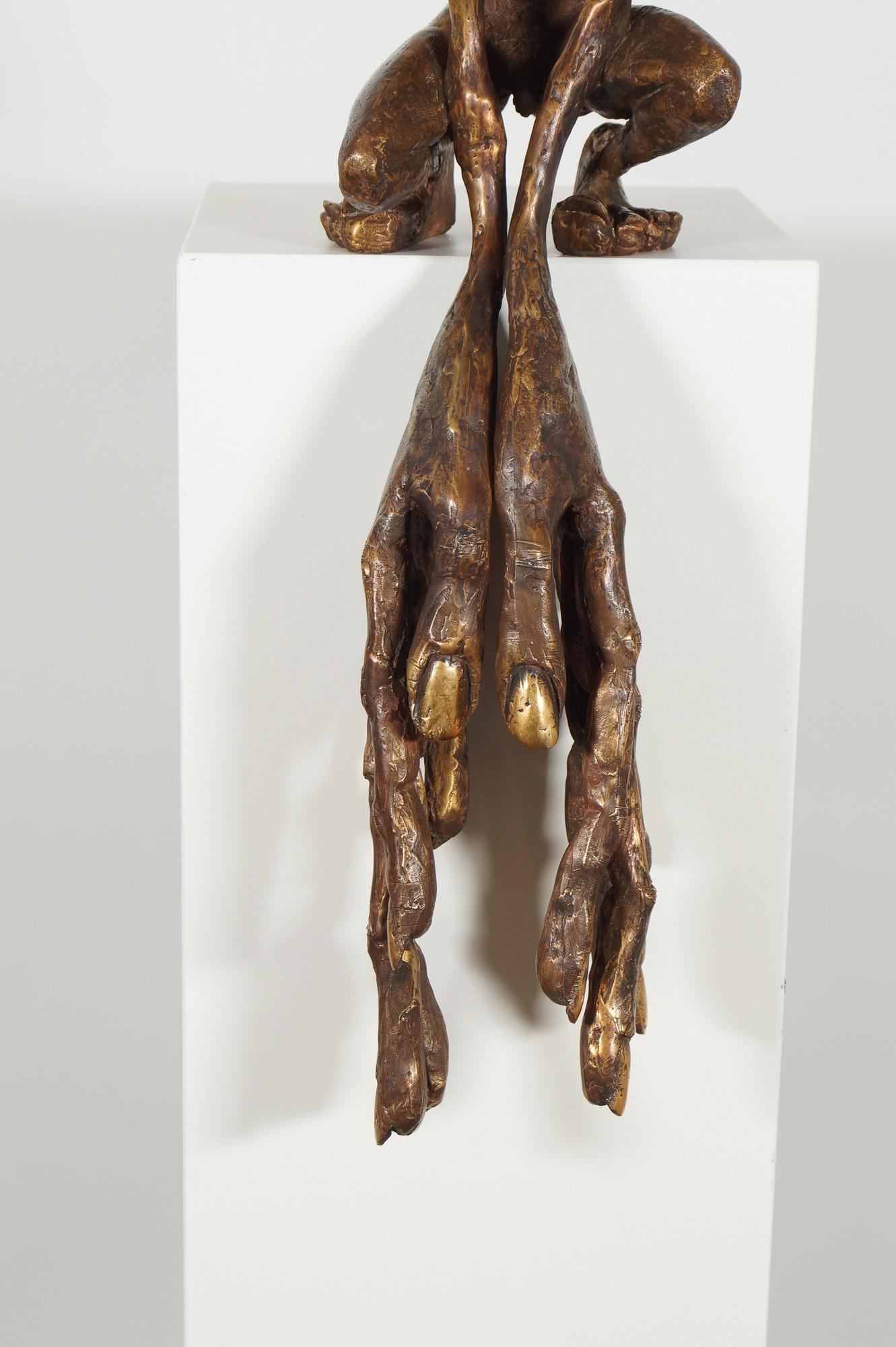 Der Kantenhocker - Detail Hände, Bronze Plastik, Skulptur von Tim David Trillsam, Edition