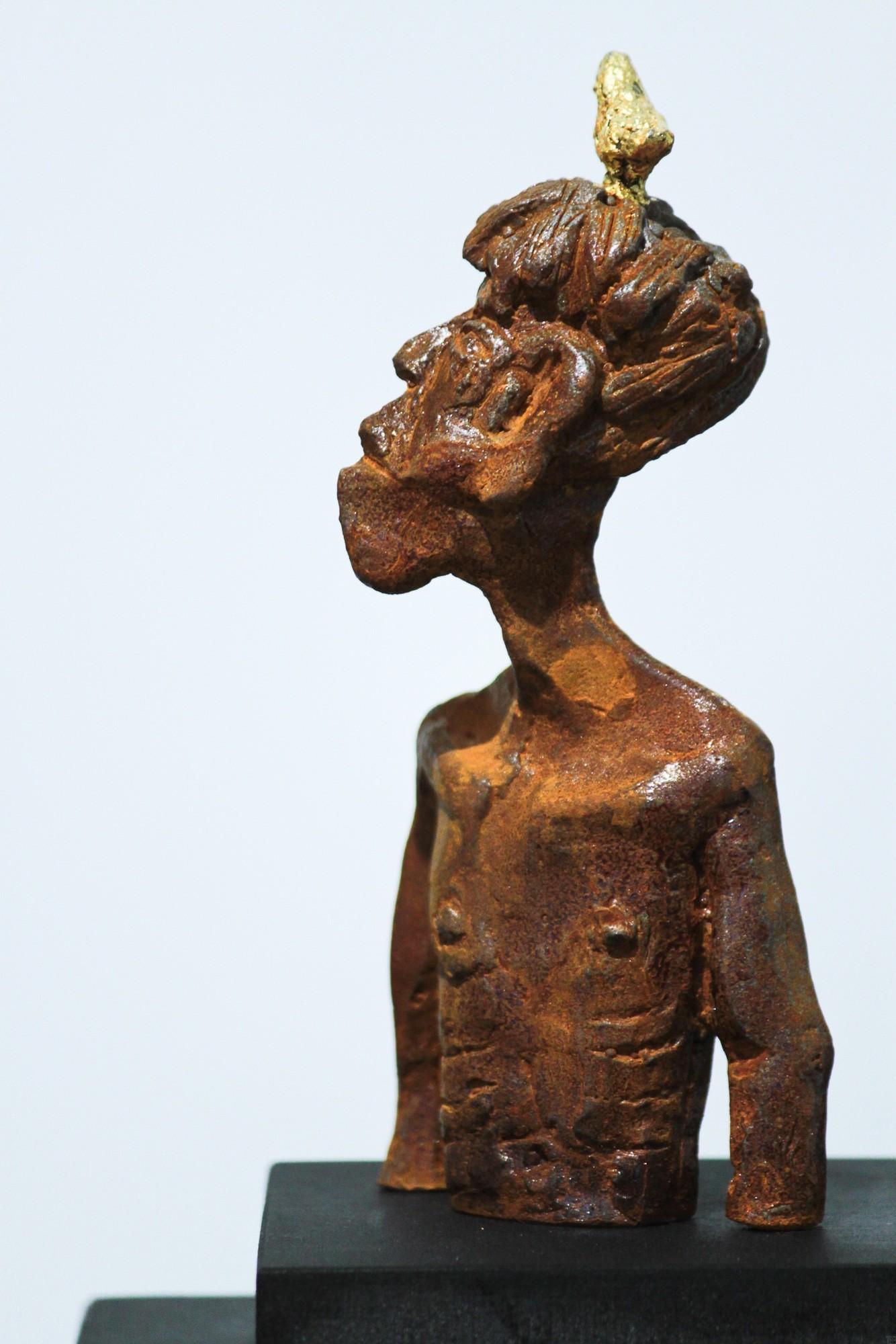 Nesthocker - Eisen Plastik mit Blattgold, Skulptur von Tim David Trillsam, Edition (3)