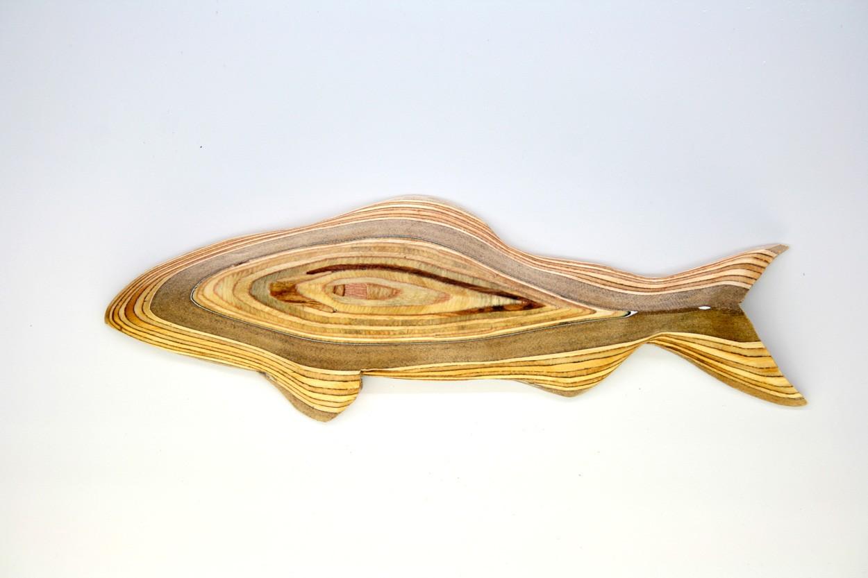 Wandinstallation Forellenschwarm (aus 5) | Künstler Marek Schovanek | Einzelansicht Fisch-Plastik 4 aus Holz