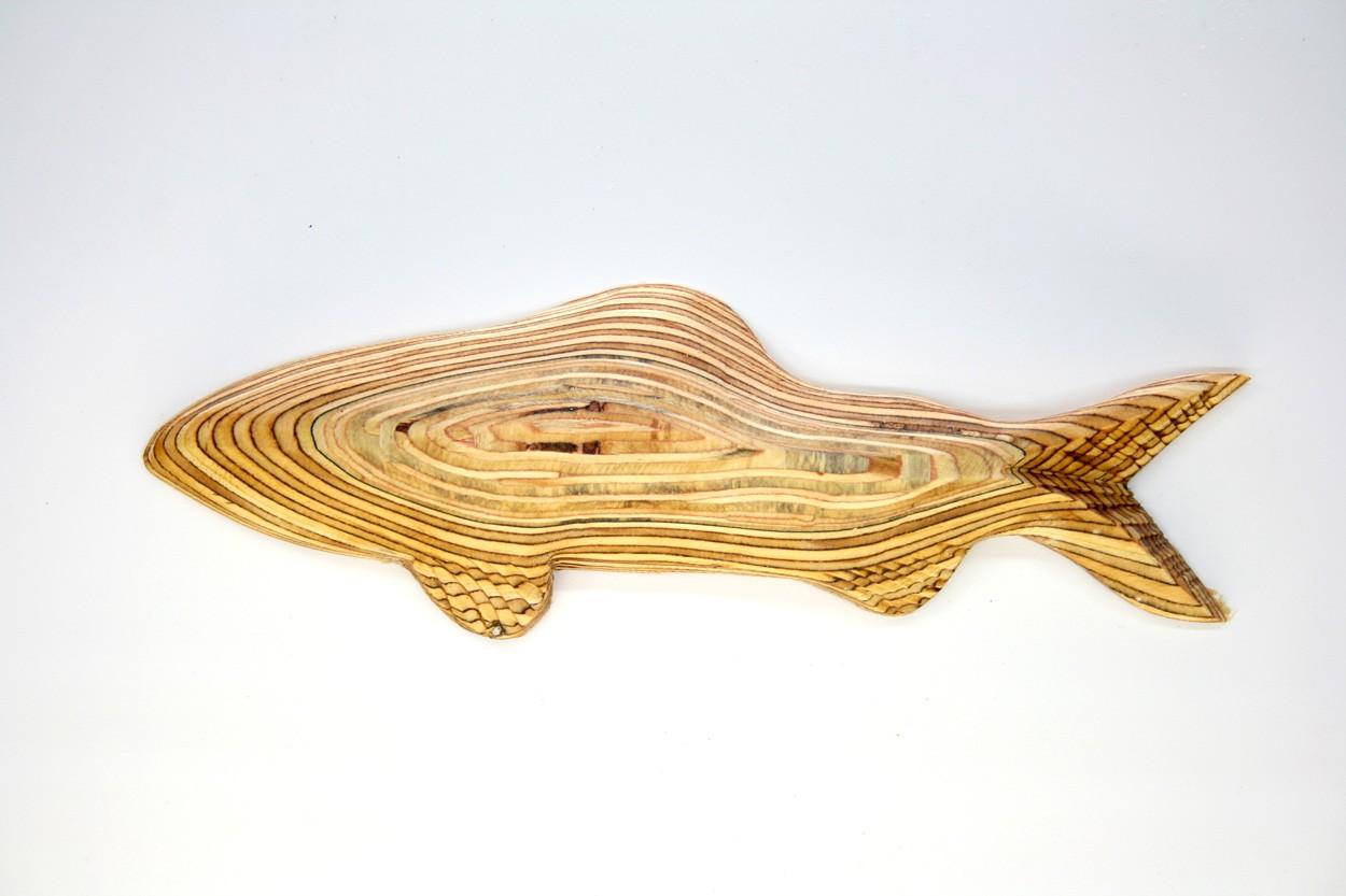 Wandinstallation Forellenschwarm (aus 3) | Künstler Marek Schovanek | Einzelansicht Fisch Plastik 3 aus Holz