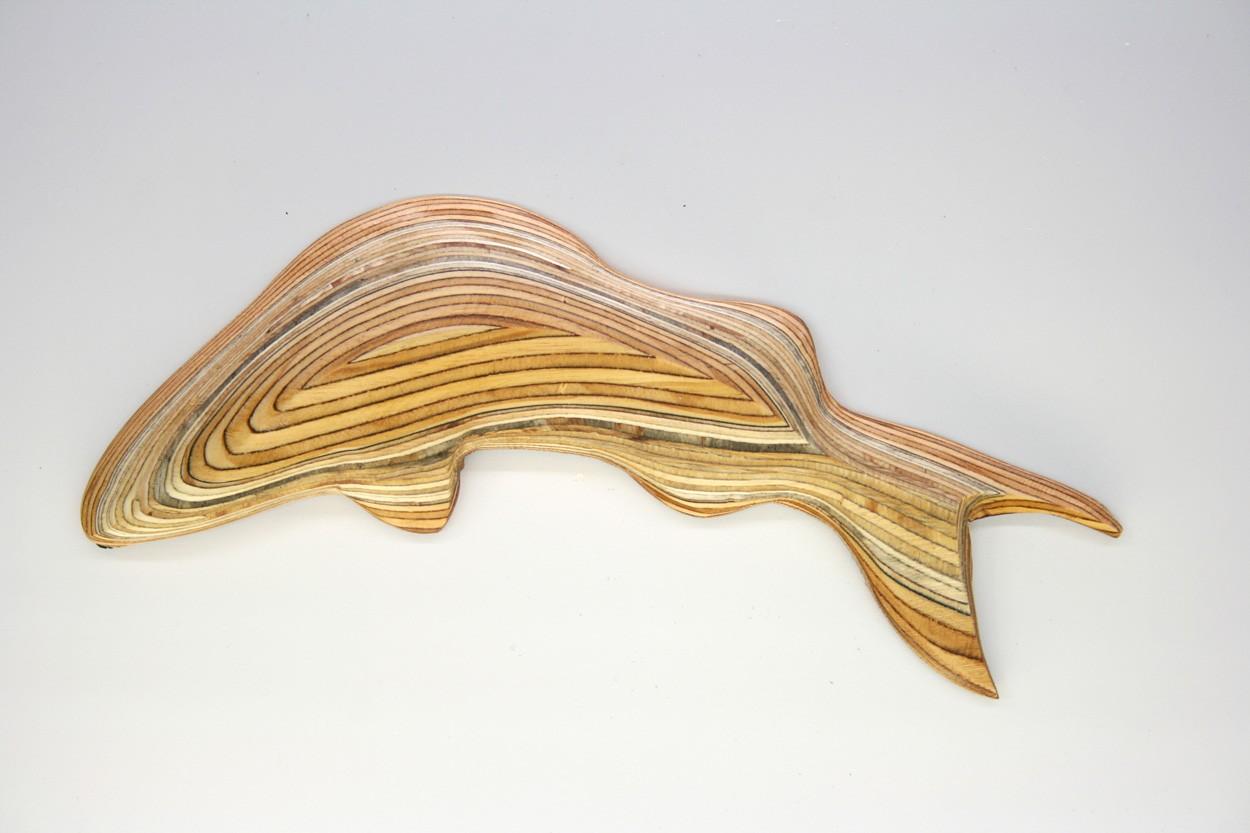 Wandinstallation Forellenschwarm (aus 5) | Künstler Marek Schovanek | Einzelansicht Fisch-Plastik 3 aus Holz