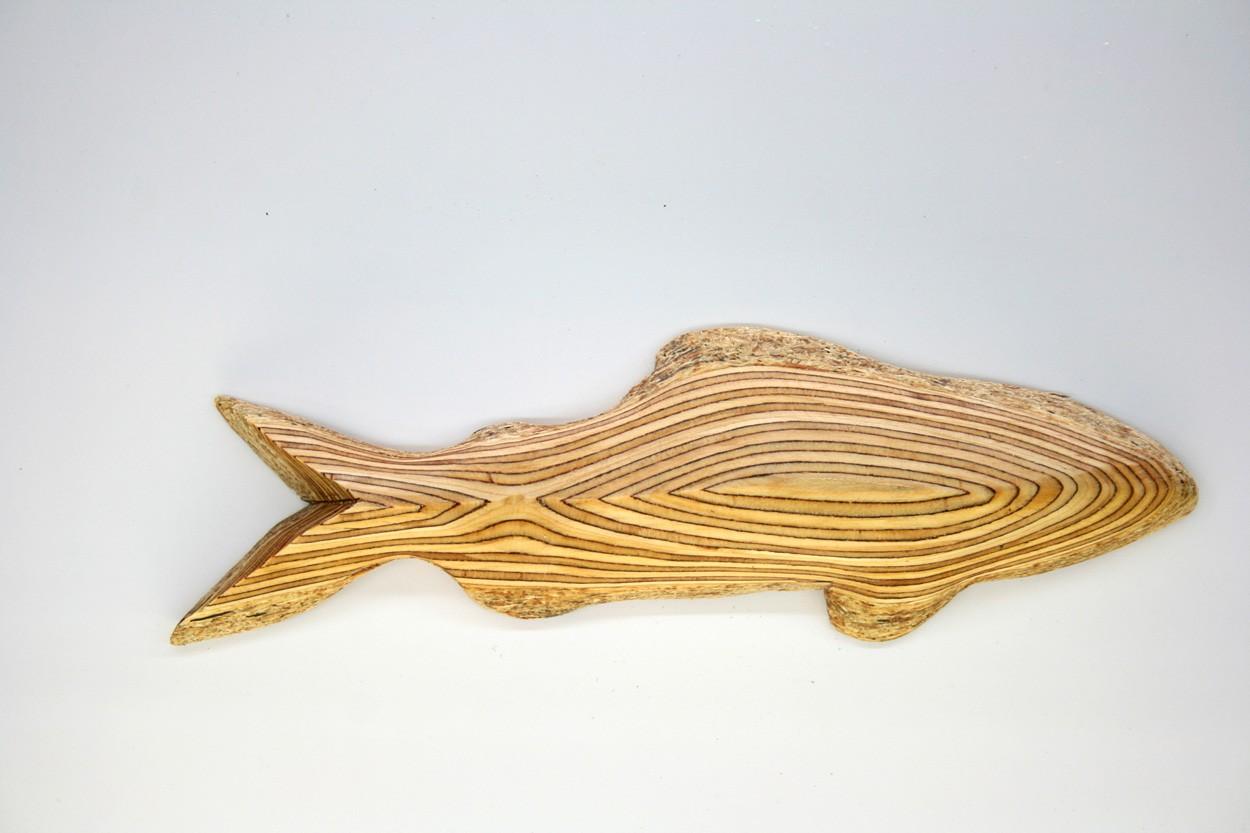 Wandinstallation Forellenschwarm (aus 3) | Künstler Marek Schovanek | Einzelansicht Fisch Plastik 4 aus Holz
