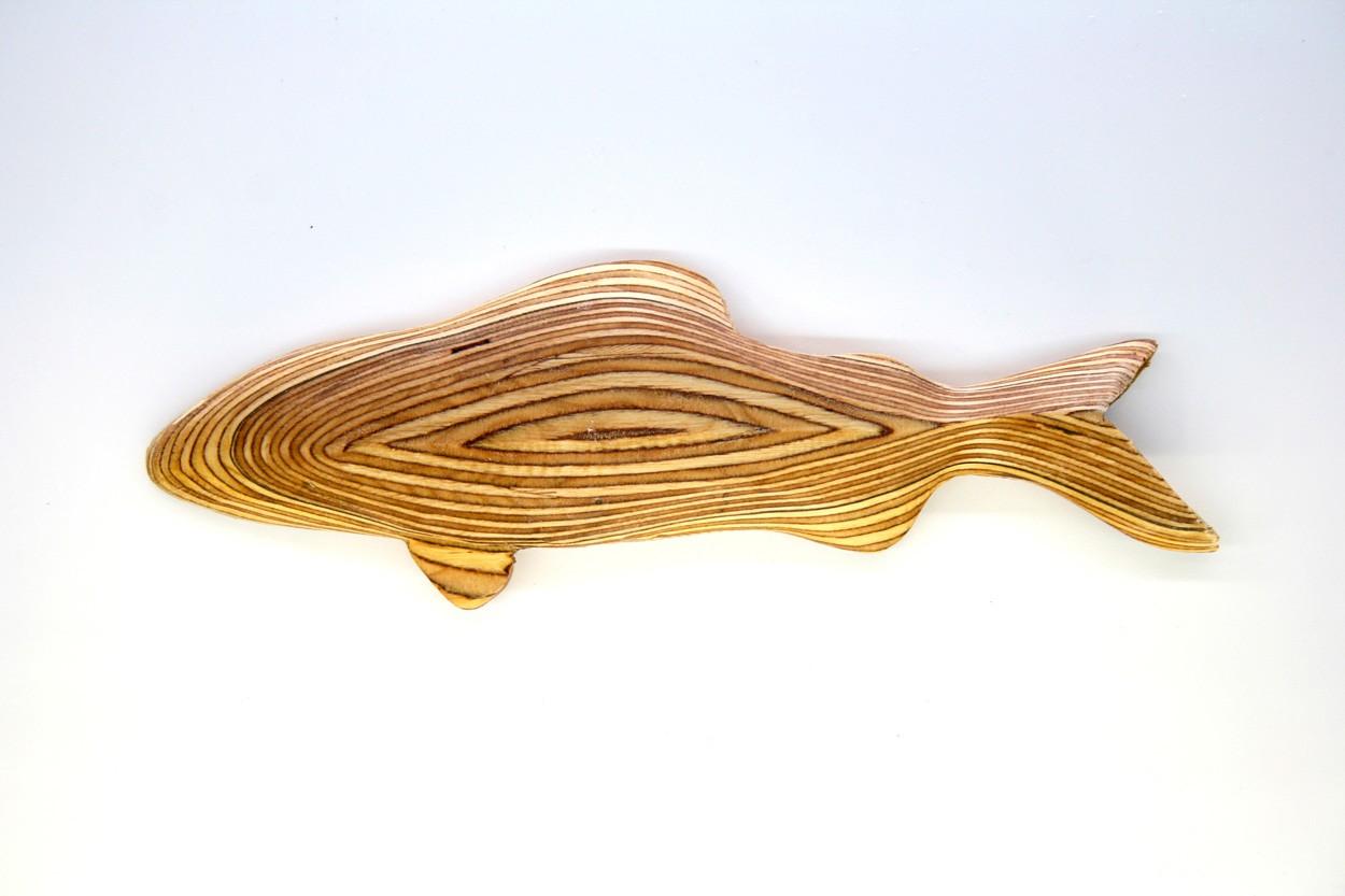 Wandinstallation Forellenschwarm (aus 3) | Künstler Marek Schovanek | Einzelansicht Fisch Plastik 5 aus Holz