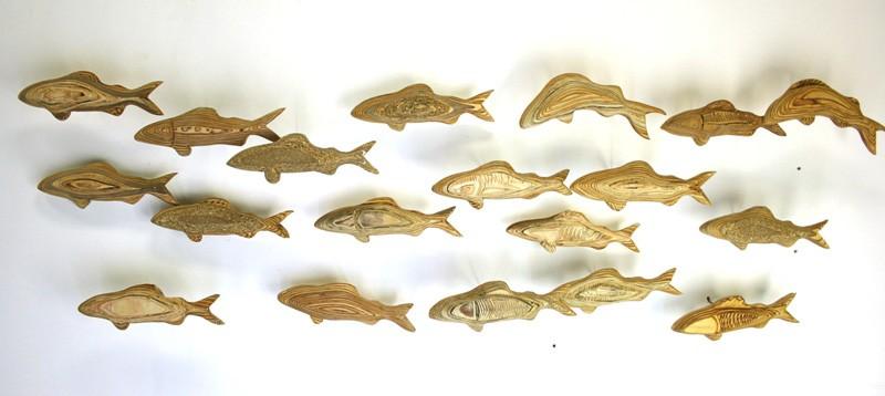 Forellenschwarm (aus 19) | Künstler Marek Schovanek | Fisch Plastiken aus Holz, Beispielansicht der Installation an der Wand