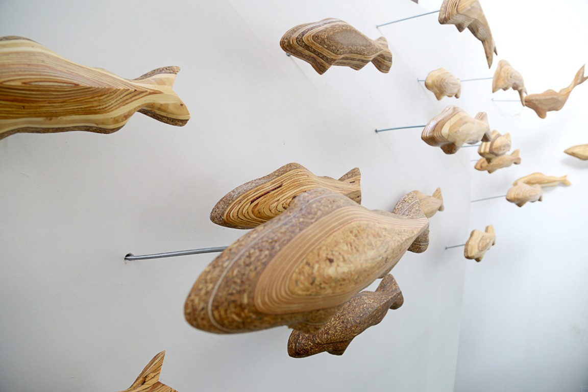 Forellenschwarm (aus 19) | Künstler Marek Schovanek | Fisch Plastiken aus Holz, Beispielansicht der Befestigung der Installation an der Wand