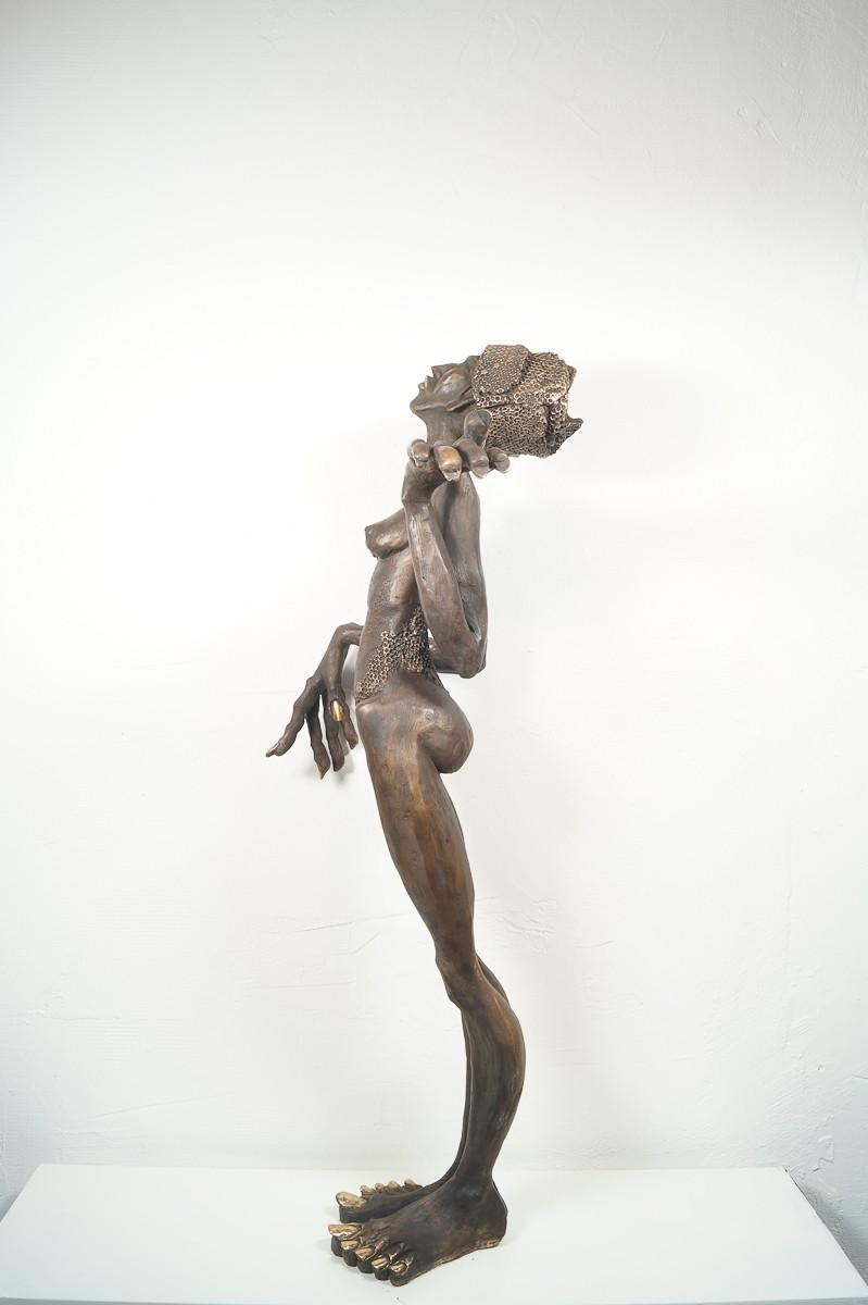 Die Königin - Bronze Plastik, Skulptur von Tim David Trillsam, Edition, seitlich links