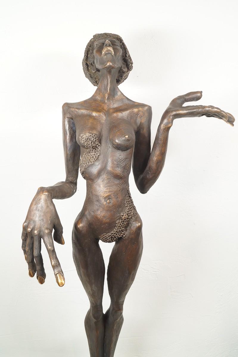 Die Königin - Bronze Plastik, Skulptur von Tim David Trillsam, Edition, von vorn