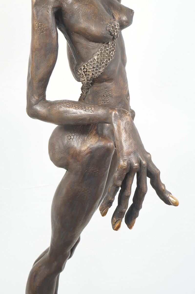 Die Königin - Bronze Plastik, Skulptur von Tim David Trillsam, Edition, Detail Hand