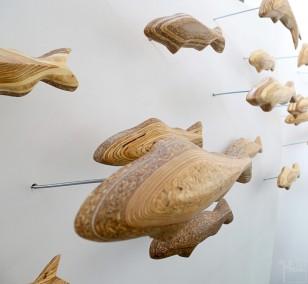 Forellenschwarm (aus 10)   Künstler Marek Schovanek   Fisch Plastiken aus Holz, Beispielansicht der Befestigung der Installation an der Wand