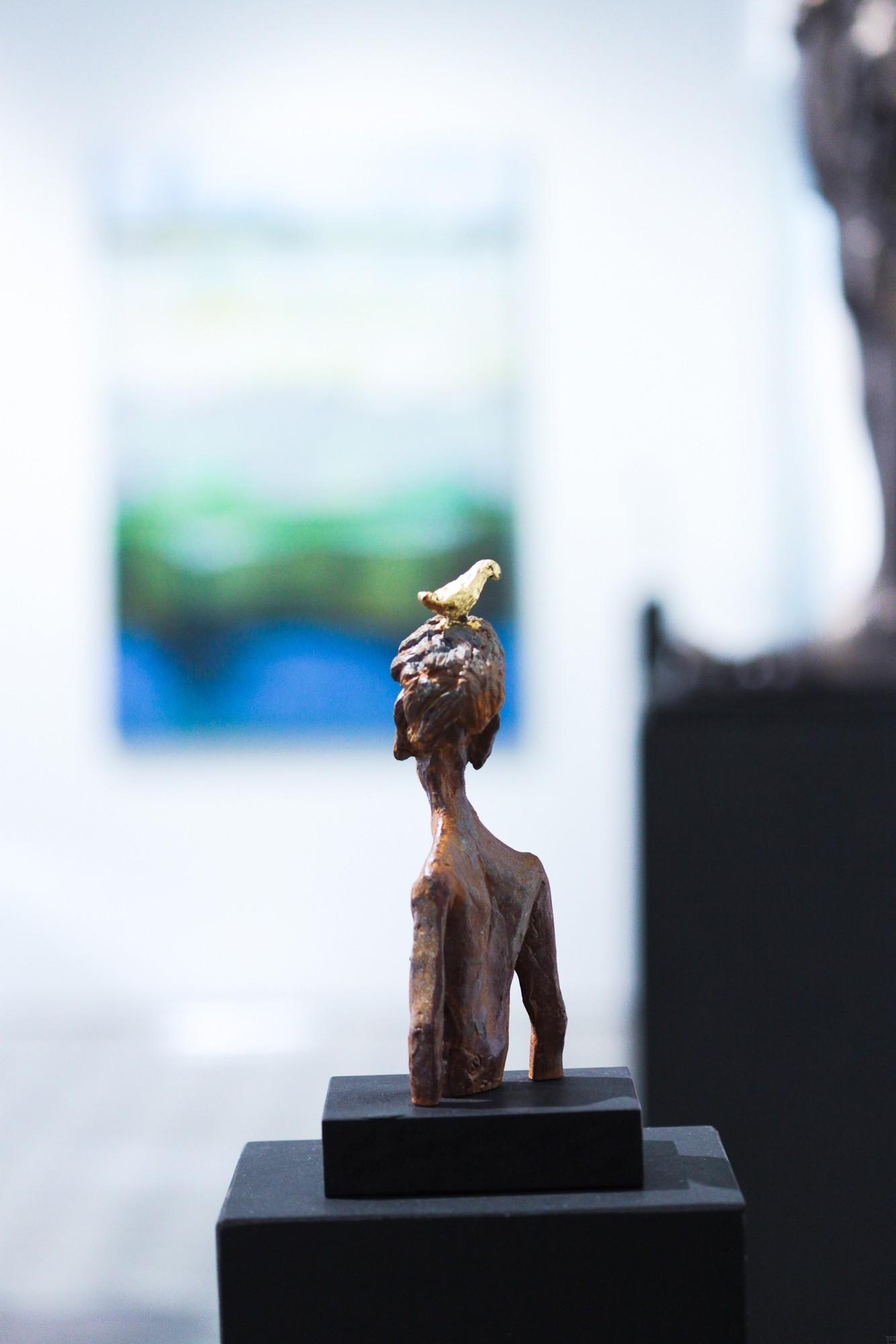 Nesthocker - Eisen Plastik mit Blattgold, Skulptur von Tim David Trillsam, Edition (4)